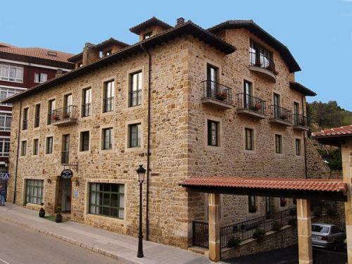 Hotel Villa de Cabrales front view