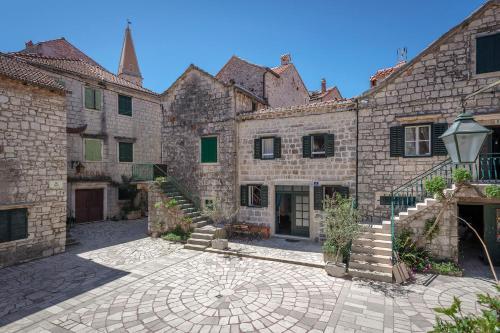 House Heritage, Стари Град