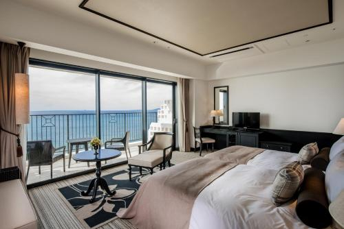 Deluxe Hollywood Twin Room with 2 Extra Beds and Sea View