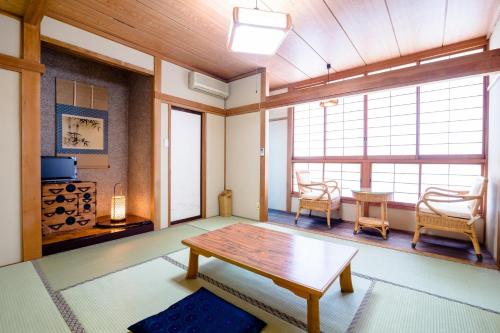 日式家庭间 - 带私人浴室 (Japanese-Style Family Room with Private Bathroom)