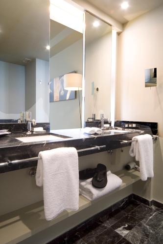Junior Suite with Guggenheim Package - single occupancy Hotel Miró 2