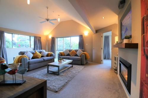 Distinctive Stylish and Spacious Family Home, Queenstown