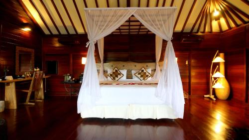 Paket Honeymoon di Vila Kolam Renang dengan Pemandangan Danau (Honeymoon Package at River View Pool Villa)