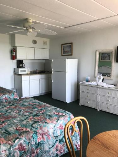 Single Room with Two Double Beds - Oceanfront with Kitchenette