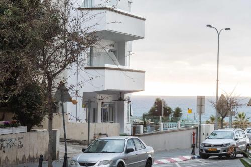 Fantastic 2BD 3min to the Beach w/ Parking by Sea N' Rent, Тель-Авив