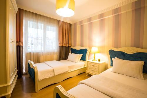شقة ثلاث غرف نوم مع شرفة (Three-Bedroom Apartment with Balcony)