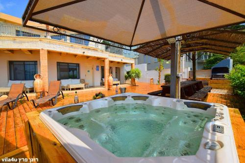 Heart of the Mountain Villa with Hot Tub & Pool, Migdal