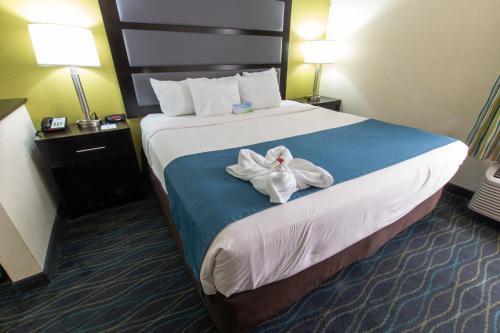 Days Inn & Suites by Wyndham Commerce