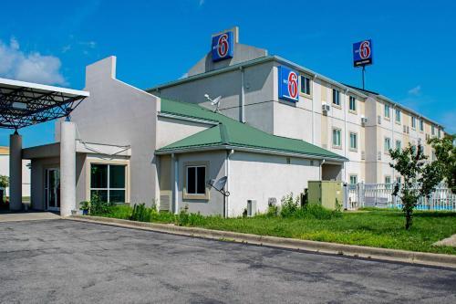 Motel 6 Seymour North