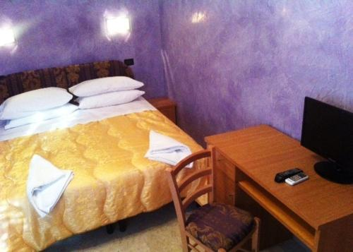 Lille dobbeltværelse med lille dobbeltseng. (Small Double Room With Small Double Bed)