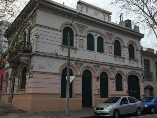 Casa En El Centro De Montevideo Con Caseros