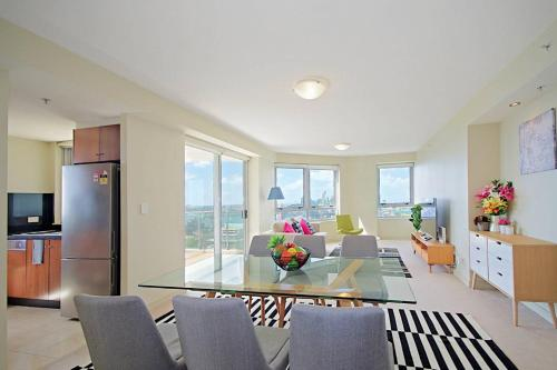 Mary - North Sydney · Harbour Views North Sydney Apartment, Mins to CBD