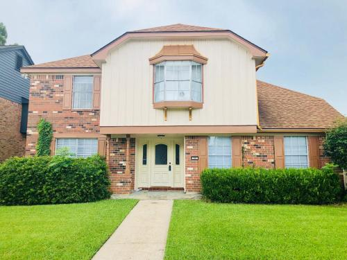 Spacious 4 Bed, 2.5 bath, 10 Mins From Downtown