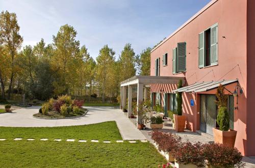 Hotel Santa Coloma del Camino front view