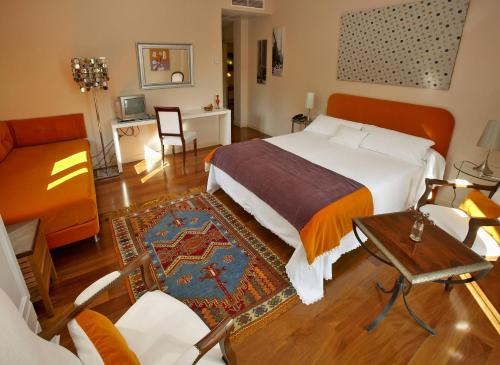 Triple Room with Mountain View Hotel Santa Coloma del Camino 2