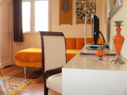 Triple Room with Mountain View Hotel Santa Coloma del Camino 3
