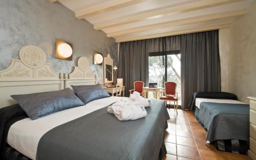 Habitación Triple Superior con vistas al mar (2 adultos + 1 niño)  Hotel & Spa Cala del Pi 1
