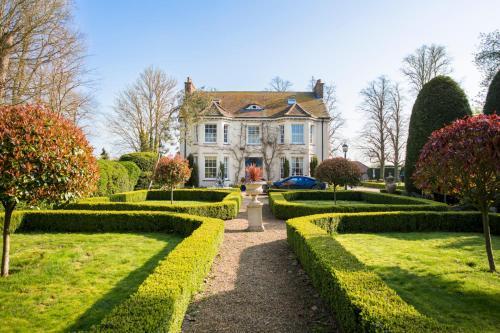 Tyringham Chateau Sleeps 10 Pool WiFi