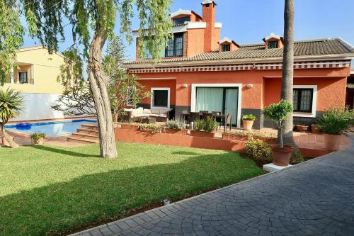 Casa de lujo con piscina y jard n sitio de calahonda - Fotos de casas con piscina ...