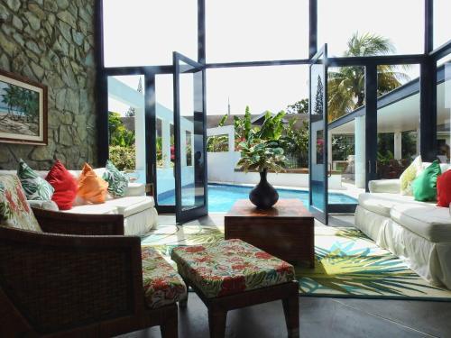 Luxury Villa with Steamroom & Steps down to Surf of Mt Irvine, Mount Irvine