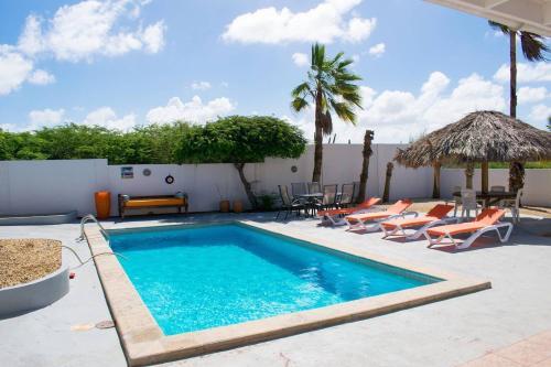 Summer Villa,sleeps 8 Pool & Privacy guaranteed, Paradera