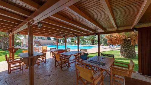 Helenas Resort with Pool, Svoronáta