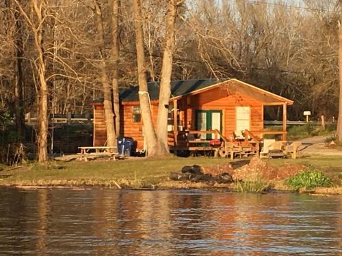 B&R Lakeside Cabins & RVs Retreat