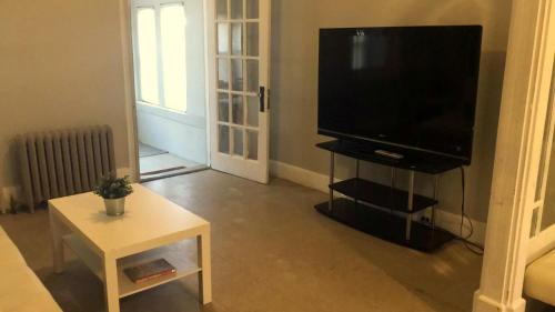 Beautiful House with 8 Beds for upto 15 People near Downtown