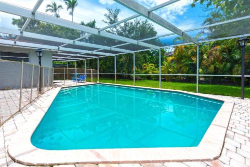 4BR Getaway Vacation Home w Private Pool, only 6mins to Aventura Mall!