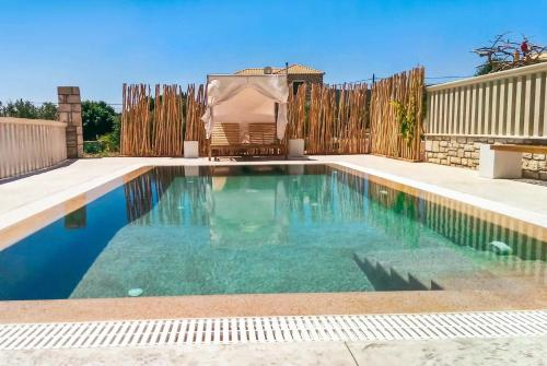 Livadakia Villa Sleeps 6 Pool Air Con WiFi, Livadhákia