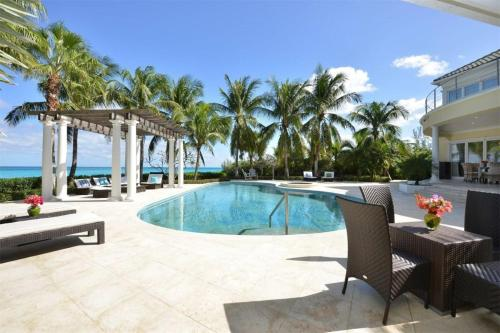 Amazing beachfront pool/cinema, Nassau