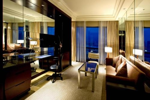 Superior Suite, 1 Bedroom Executive Suite, 1 King, City view