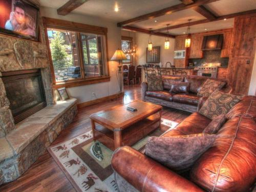 Beautiful mountain chalet home in the private.