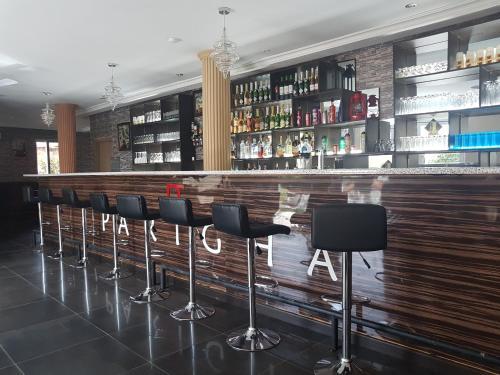 Parigha Hotel Restaurant & Pub, Akra