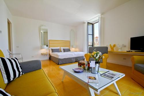 Cheap hotels in sorrento from 22 pp book now for Hotel mignon meuble
