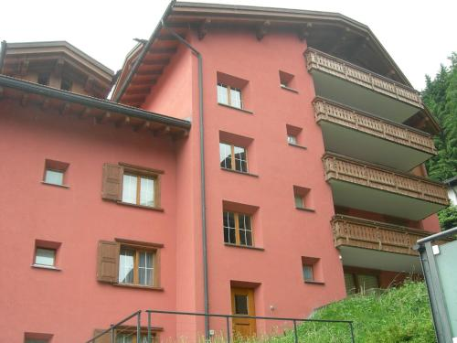 Apartament cu 3 dormitoare şi balcon (Three-Bedroom Apartment with Balcony)