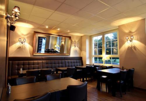 hotel restaurant zum l wen duisburg germany overview. Black Bedroom Furniture Sets. Home Design Ideas