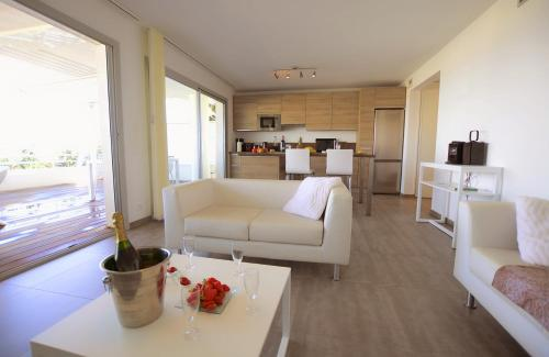 Apartamento de 2 dormitorios con vistas al mar - planta baja (Two-Bedroom Apartment with Sea View - Ground Floor)
