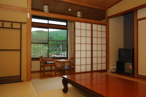 Habitació Doble Estil Japonès - 2 Llits amb Bany Compartit (Japanese-Style Twin Room with Shared Bathroom)