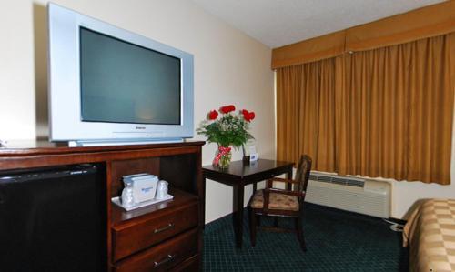 Rodeway Inn And Suites Bakersfield