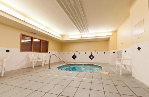 Country Inn & Suites Galesburg