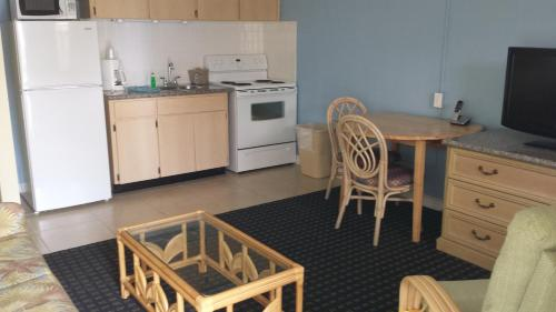 One-Bedroom King Apartment with Kitchen - (across the street from beach - no view)
