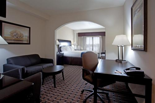 Holiday Inn Express Hotel & Suites Hope Mills-Fayetteville Airport