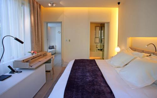 Standard Room with terrace ABaC Restaurant Hotel Barcelona GL Monumento 3