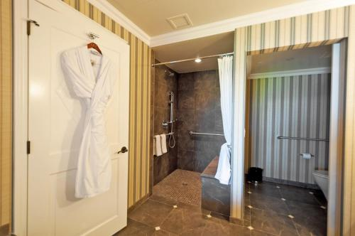 Oak Bay Beach Hotel - 13 of 41