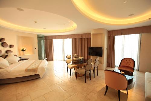 Royal Premier Honeymoon Suite with Sea View