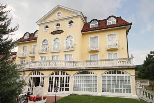 Stay at Villa Korda Hotel