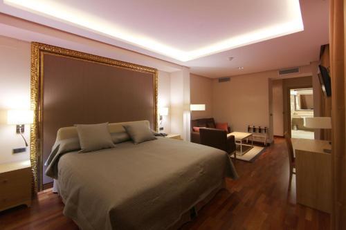 Habitación Deluxe con cama extragrande Casa Consistorial 8