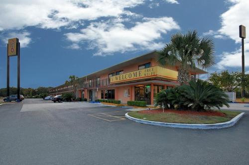 Picture of Super 6 Inn & Suites Pensacola