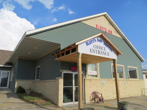 The Bluffs Inn & Suites